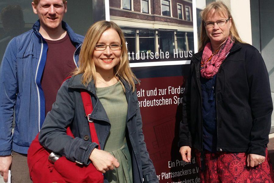Der Vorsitzende der Emhuser Plattsnacker André Habekost, die stv. SPD-Kreistagsfraktionsvorsitzende Dörte Liebetruth und Anke Fahrenholz aus dem Samtgemeinde- und dem Gemeinderat Thedinghausen